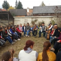 Die Kinder und Jugendlichen lernen rumänische Volksmusik kennen
